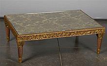 Table de salon rectangulaire en bois sculpté et doré au pieds tournés. Plat