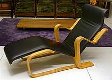 BREUER Marcel (1902 - 1981) - Chaise longue en contreplaqué (hêtre moulé
