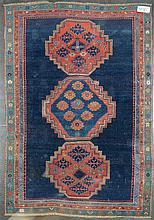 Tapis Shirvan ancien à trois médaillons au décor floral géométrisé sur fond