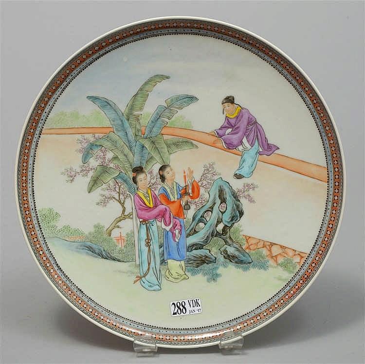 Un petit plat rond en porcelaine polychrome de chine d cor for Porcelaine de chine