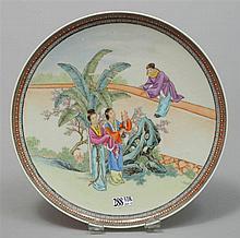 Un petit plat rond en porcelaine polychrome de Chine décoré de
