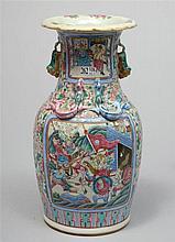 Vase à deux anses en porcelaine polychrome de Canton décoré de
