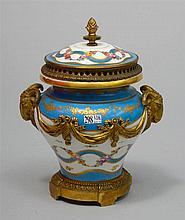 Pot-pourri à deux anses et son couvercle de style Louis XVI en porcelaine p