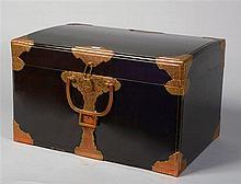 Petite malle de voyage à deux anses en bronze en bois laqué noir renforcée