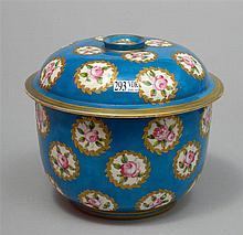Grand pot et son couvercle en porcelaine polychrome de Sèvres décoré de