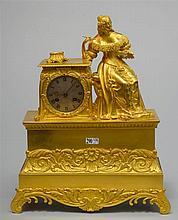 Pendule Romantique en bronze ciselé et doré surmontée de