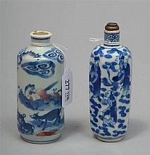 Deux grands flacons à parfum en porcelaine bleu et blanche de Chine, l'un r