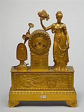 Grande pendule de style Restauration en bronze ciselé et doré. Mouvement au