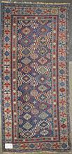 Carpette Shirvan ancienne au décor géométrique sur fond bleu et rouge. Dim.