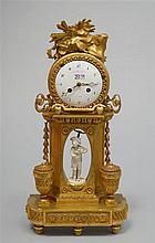 Pendule de style Louis XVI en bois sculpté et doré décorée d'un