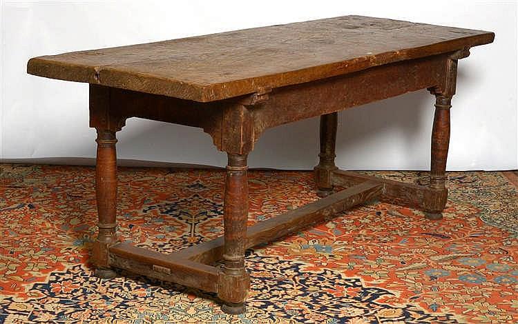 grande table rectangulaire en noyer munie d 39 une entretoise e. Black Bedroom Furniture Sets. Home Design Ideas