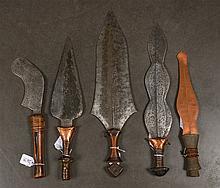 Ensemble de cinq couteaux aux manches en bois dont trois recouverts de cuiv