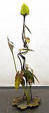 Grand lampadaire en bronze et tôle peints à froid décoré d'un