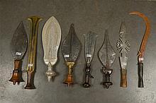 Ensemble de huit couteaux aux manches en bois, bronze, bois et cuivre ... R