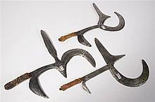 Trois couteaux de jet en fer aux manches décorés de peau de reptile, de cor