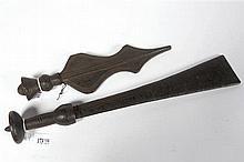 Deux couteaux Kuba en bois sculpté. R.D.C. Epoque : fin XIXème-début XXème.
