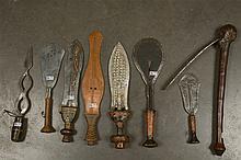 Une herminette et sept couteaux aux manches en bois sculpté parfois décorés