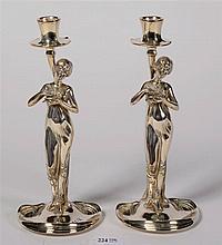 Paire de chandeliers de style Art Nouveau en étain argenté au fût en forme