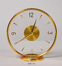 Pendulette de bureau ronde en laiton doré et verre incolore. Mouvement sign