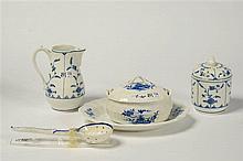 Ensemble de quatre pièces de forme en porcelaine bleue et blanche de Tourna