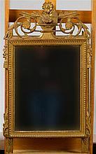 Miroir de style Louis XVI en bois sculpté, ajouré et doré. Epoque : fin XVI