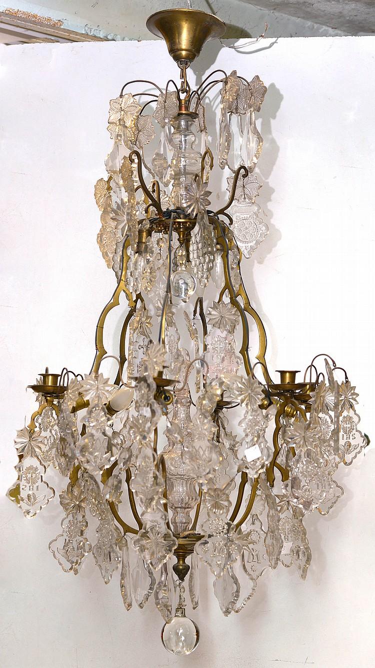 Lustre d'église en laiton à six bras de lumière muni de pendeloques en cristal incolore gravé d'
