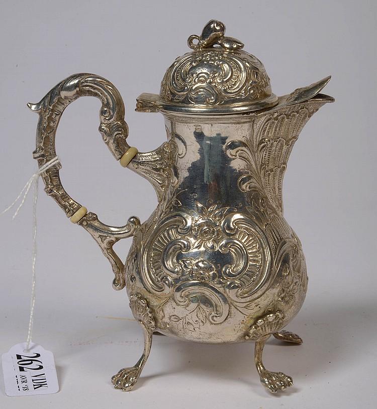 Petite verseuse quatripode de style Louis XV en argent portant plusieurs poinçons dont celui d'importation français (en usage depuis 1893). H.:15cm. Poids total:240grs.