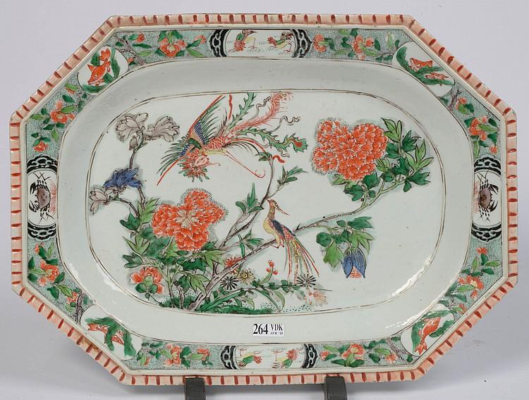 Plat rectangulaire en porcelaine polychrome de Chine décoré d'