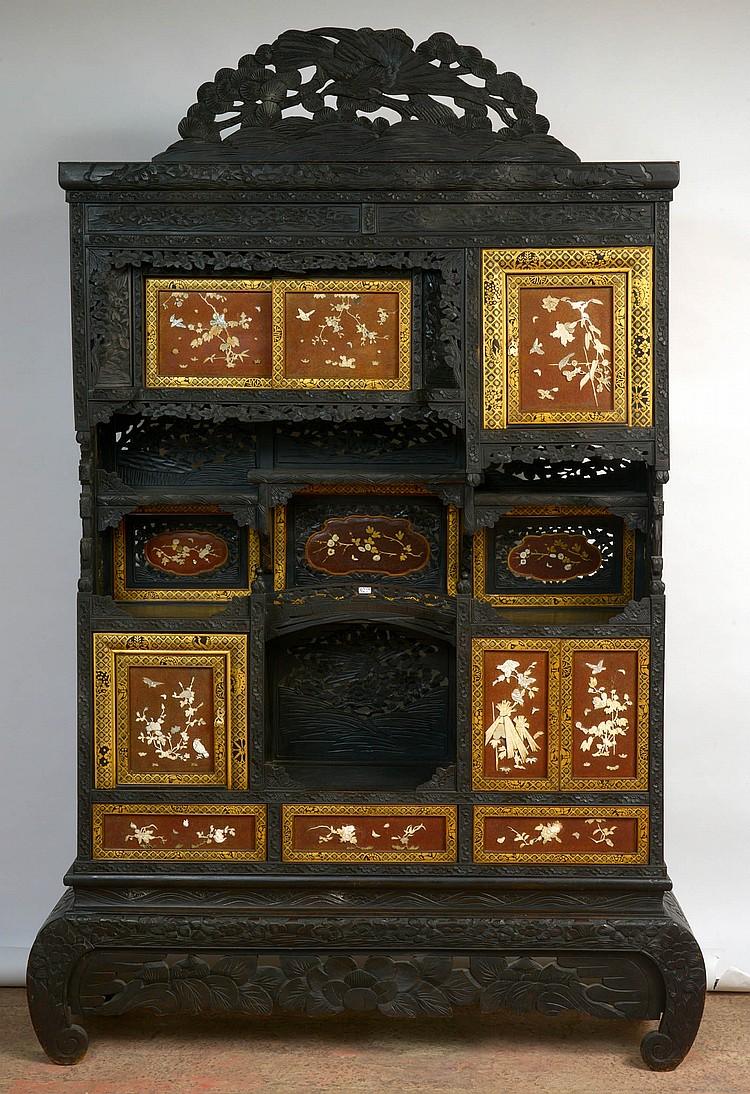 Étagère en bois noirci sculpté et ajouré en claire-voie à décor d'