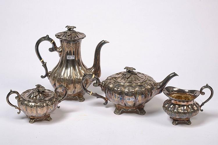 Service à thé et à café quadripode en argent composé d'une théière, une cafetière, un sucrier et un pot à lait. Poinçons anglais de Sheffield datés 1968-1969 (?). Poinçon d'orfèvre E.H. Parkin & Co Ltd. Travail anglais. H.: de 9,5 à