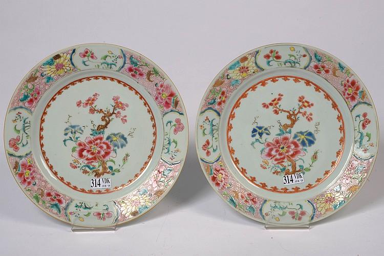 Paire d'assiettes en porcelaine polychrome de Chine dite