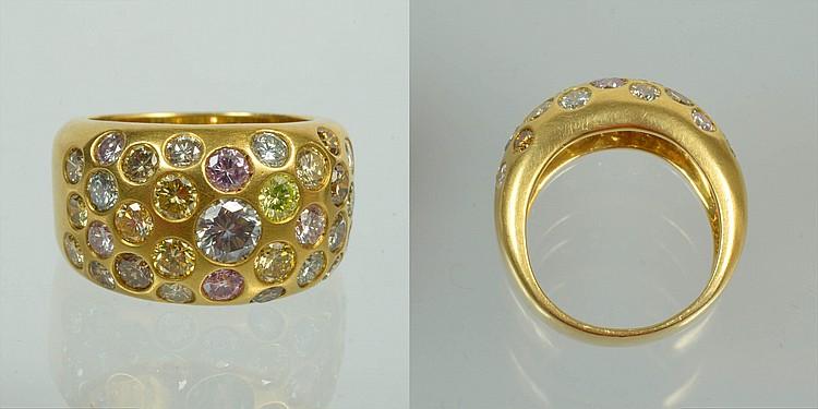 Bague en or jaune 18 carats sertie de diamants taille brillant incolores et de couleur jaune, orange et rose pour un total de +/-2.7 carats. Doigt (Métrique): 53-54. Poids total:+/-12.1grs.
