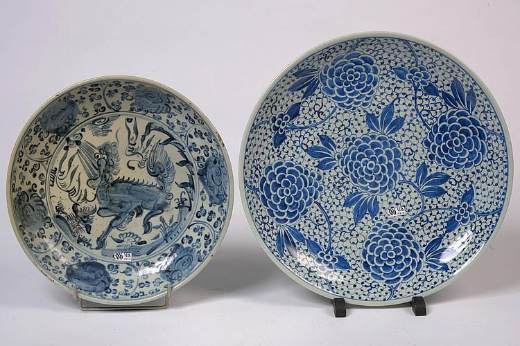 Deux plats en porcelaine bleue et blanche de Chine. L'un est décoré d'un