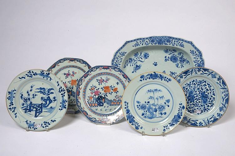 Une paire d'assiettes octogonales en porcelaine polychrome de Chine et trois assiettes en porcelaine bleue et blanche de Chine à décor floral. Ainsi qu'un grand plat en porcelaine bleue et blanche de Chine à décor floral. (Egrenures et cheveux).