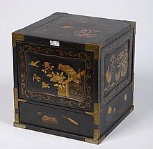 Boîte en forme de cube composée de deux espaces de rangement ouvrant dans les deux sens en bois laqué noir à décor or et rouge d'