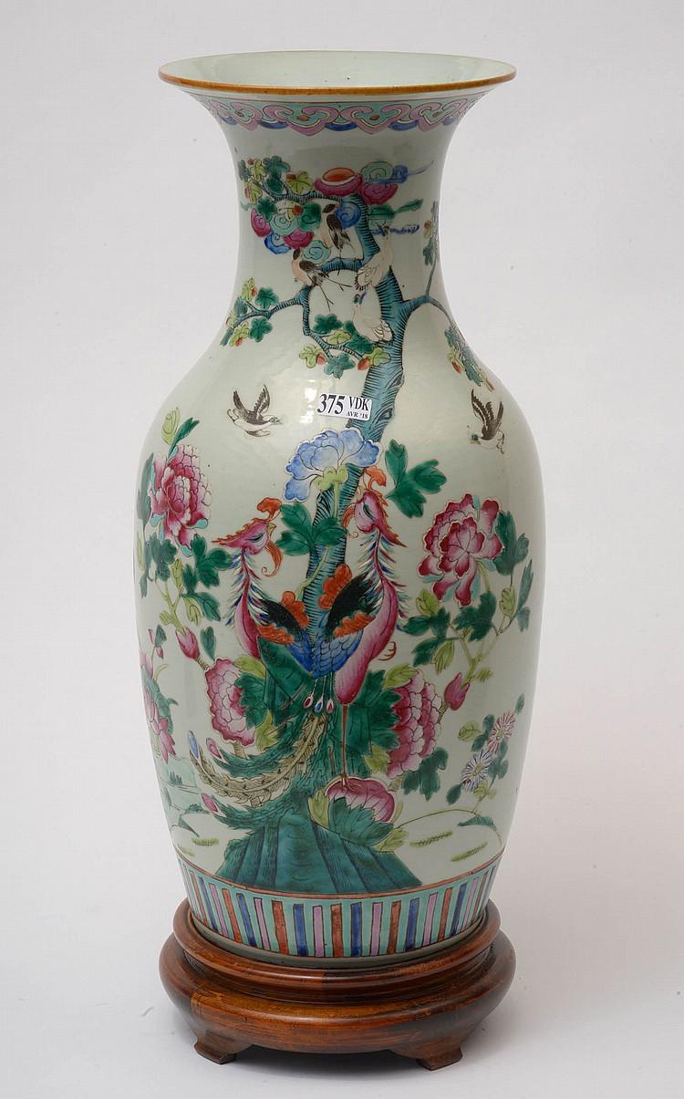 Vase en porcelaine polychrome de Chine dite