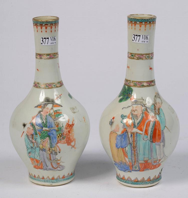 Paire de vases en porcelaine polychrome de Chine décorés d'