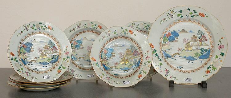 Série de porcelaines polychromes de Chine comprenant six assiettes plates, une assiette creuse et un plat décorés d'un