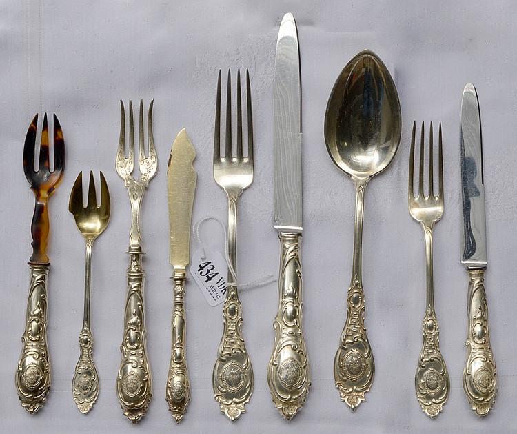 Ménagère de 238 pièces de style Louis XV en argent 800/1000ème comprenant 24 grands couteaux, 36 grandes fourchettes, 12 grandes cuillères, 24 petits couteaux, 24 petites fourchettes, 11 couteaux à poisson, 12 fourchettes à poisson, 12