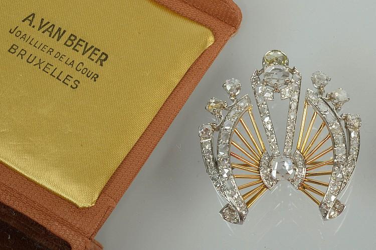 Broche en or jaune et or blanc 18 carats sertie de nombreuses roses de diamants. Dim.:+/-4.5x4cm. Poids total : +/- 15.1grs.