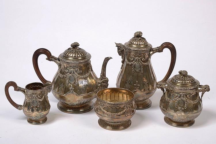 Service à thé et à café de style Louis XVI en argent 950/1000ème comprenant une théière, une cafetière, un pot à lait, un sucrier et une bonbonnière. Poinçons français et poinçons d'orfèvre E.L. (?). Travail français. Epoque: vers
