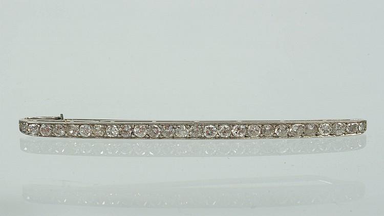 Broche en platine sertie de diamants taille ancienne pour un total de +/-1.9 carats. L.:+/-7.5cm. Poids total:+/-6.8grs.