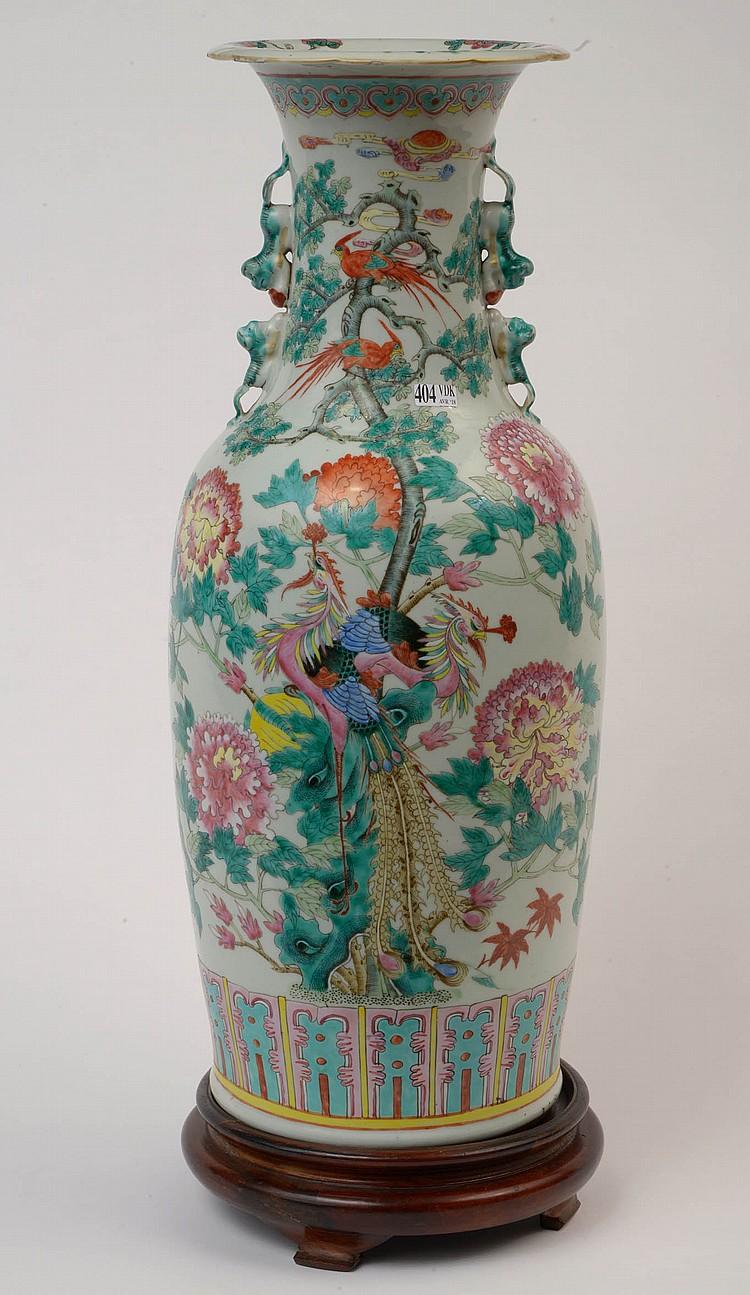 Vase en porcelaine polychrome de Chine décoré de