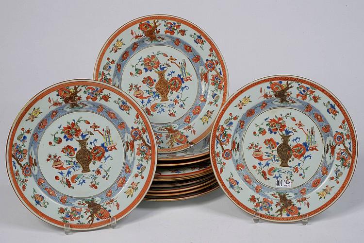 Suite de onze assiettes en porcelaine polychrome de Chine décorées d'un