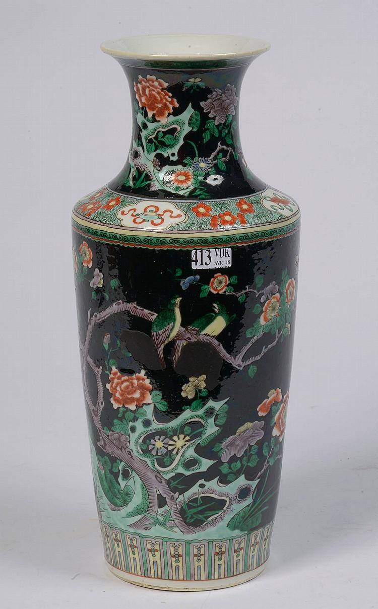 Vase en porcelaine polychrome de Chine
