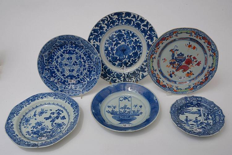 Ensemble de six assiettes en porcelaine bleue et blanche de Chine dont une en porcelaine polychrome de Chine, aux décors divers de