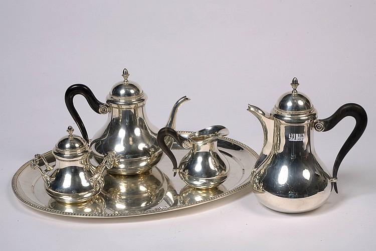 Service à café et à thé de style Louis XVI en argent 835/1000ème comprenant une cafetière, une théière, un pot à lait, un sucrier et un plateau. Manches en ébène. Orfèvre Le Coq de Bruyère. Poids total:+/-3000grs.