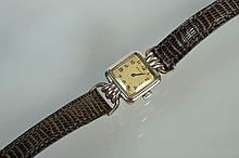 Montre de marque Jaeger Le Coultre en acier inoxydable. Mouvement mécanique. Bracelet en cuir brun. Année 1907. En état de fonctionnement. Dim. cadran: +/-3.6x1.8cm.