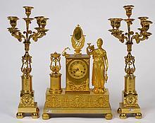 Pendule de style Restauration en bronze doré et ciselé décorée d'une