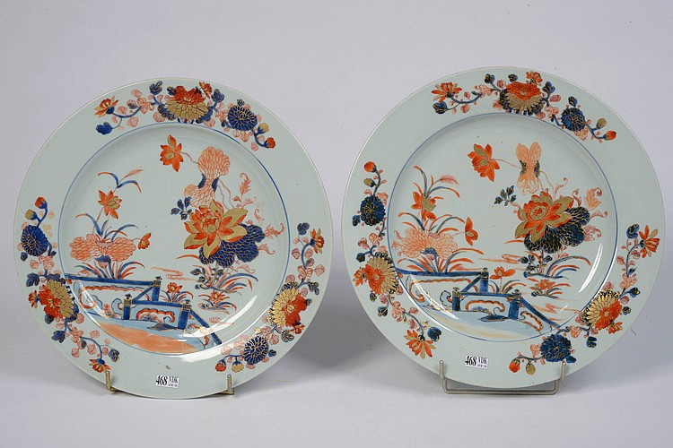 Paire de plats en porcelaine polychrome de Chine au décor floral Imari. Travail chinois. (Petits éclats et égrenures). Diam.:35,5cm.